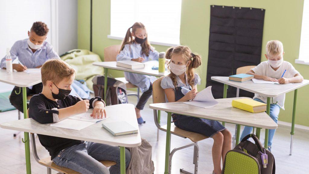 Niños en la escuela con mascarillas